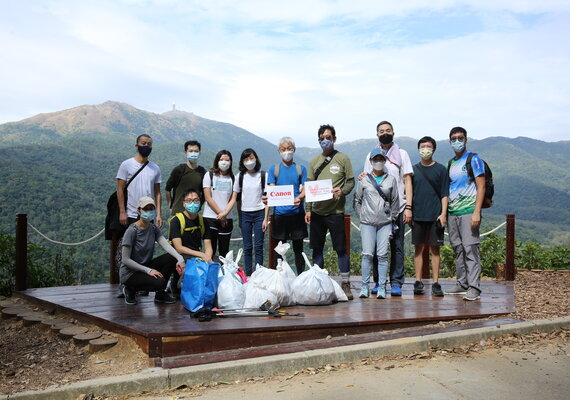 "Canon Volunteer Team practiced ""Leave No Trace"" to clean up the trash on the hiking trails"